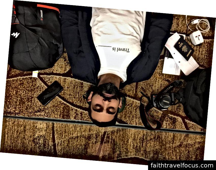 Giám đốc điều hành Burdie Hasin ngủ thiếp đi trên thảm tại sân bay Changi Singapore lúc 5 giờ sáng sau một chuyến bay dài và trước khi nghỉ việc dài. Đó là một ngày tuyệt vời.