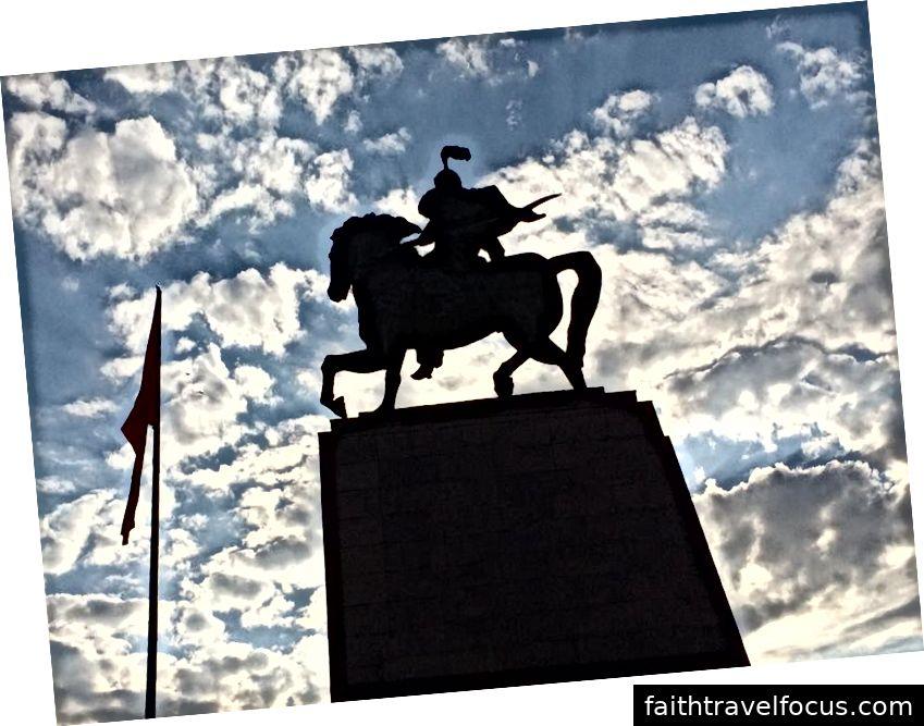 Đài tưởng niệm Manas, một anh hùng văn hóa người Slovak, ở Bishkek. Ảnh: William Han