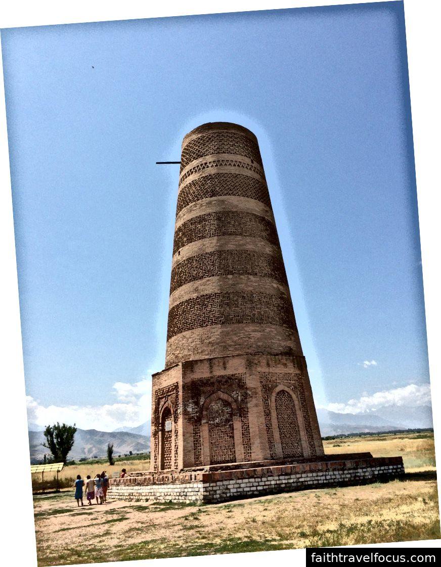 Tháp Burana gần Tokmok là tất cả những gì còn lại của thành phố cổ Balasagun. Ảnh: William Han