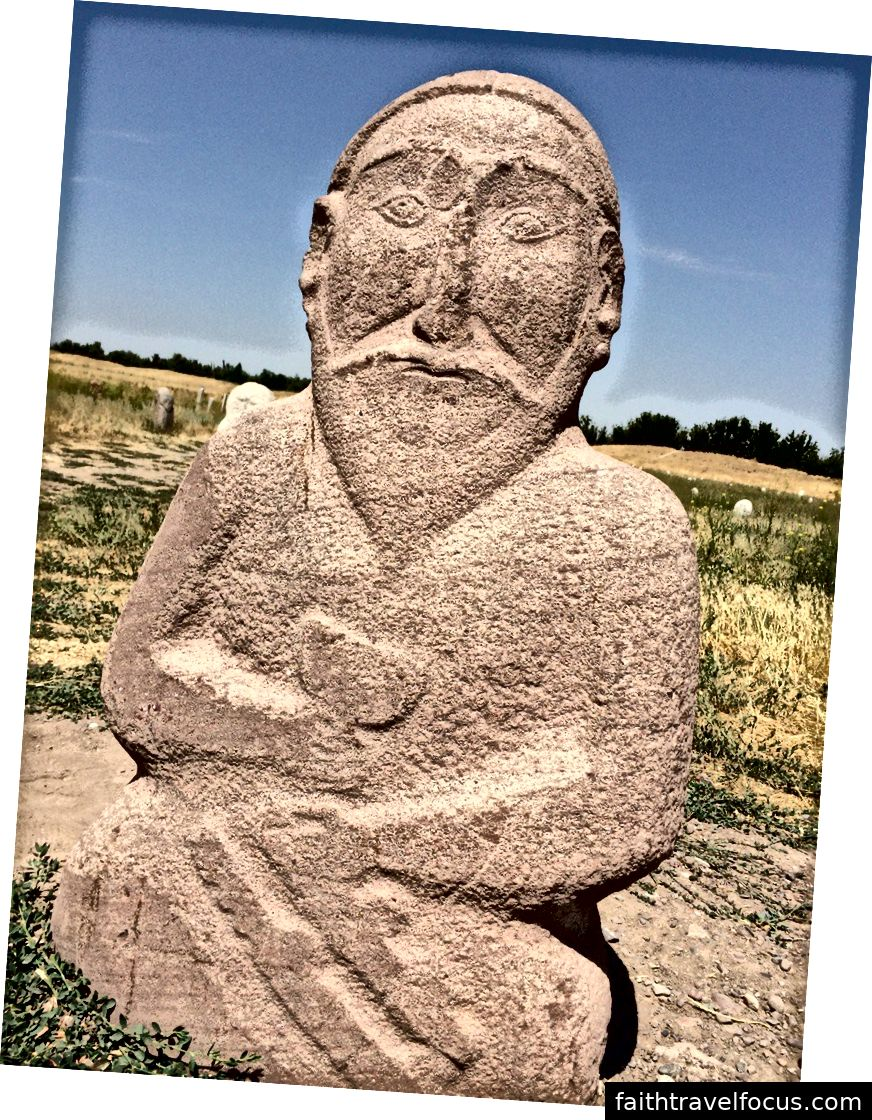 Một bal-bal, hoặc petroglyph, gần những gì đã từng là Balasagun. Ảnh: William Han