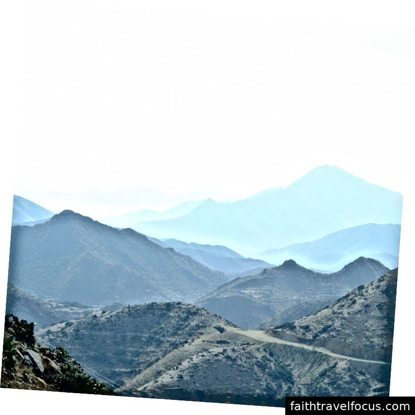 Những ngọn núi từng được băng qua đường cáp treo trên đường đến Massawa (tác giả Tấm ảnh