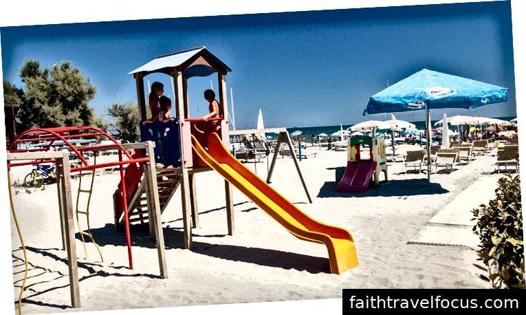 Bãi biển tại Punta Marina trên bờ biển Ý Ý Adriatic, cách khu cắm trại Adriano khoảng mười phút đi bộ. Nhấn vào đây để tìm hiểu thêm về cắm trại Adriano