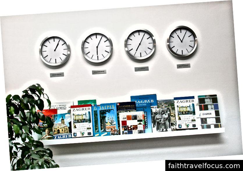 Bốn đồng hồ treo tường hiển thị thời gian địa phương ở Montreal, Cambridge, Pompeii và Baikonur ngồi trên kệ IKEA đơn giản. Mỗi thành phố giữ ý nghĩa đặc biệt cho người hâm mộ Pink Floyd.
