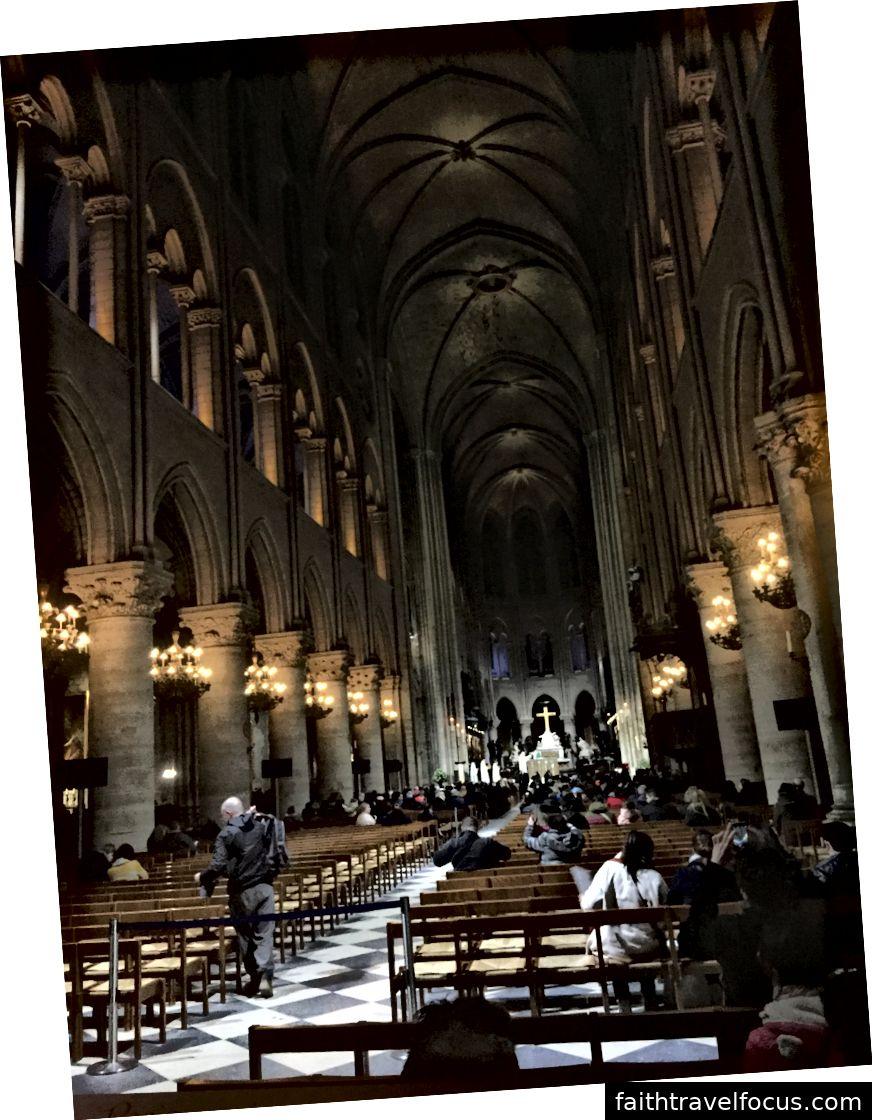 Bên trái: Bên ngoài Nhà thờ Đức Bà. Trung tâm: Tượng Thánh Joan of Arc. Phải: Nhìn từ phía sau nhà thờ.
