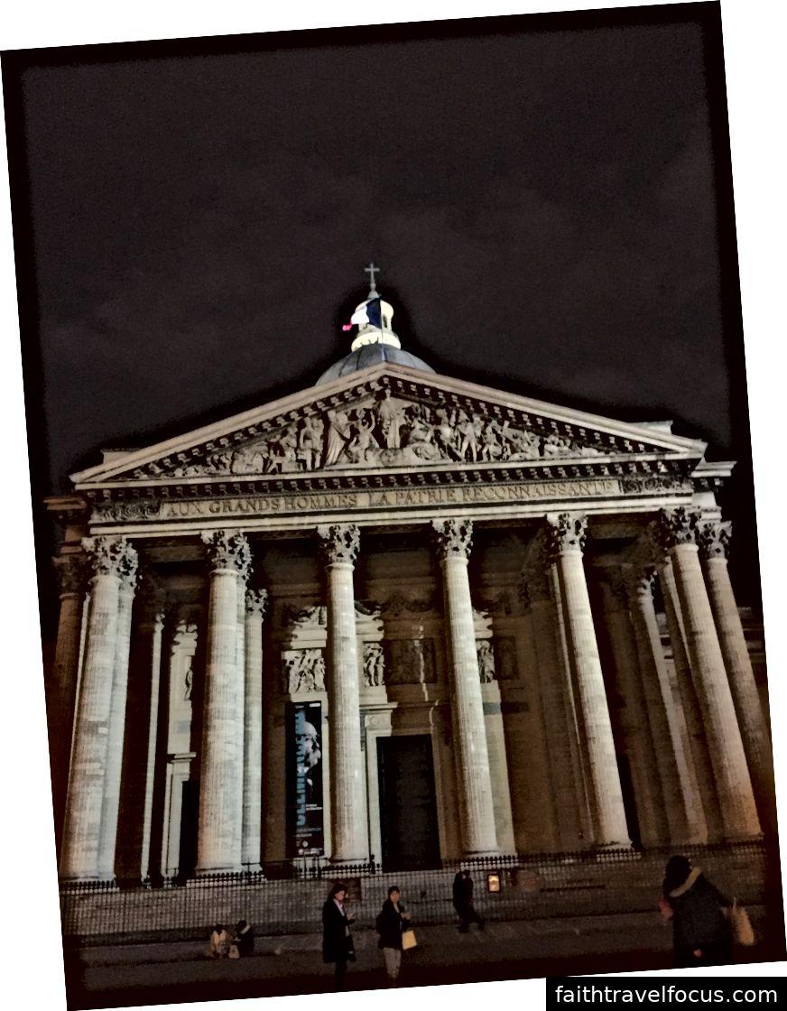 Trái: Nhà nguyện cho một vị tử đạo Trung Quốc. Trung tâm: Nhà nguyện cho Đức Mẹ Guadalupe. Phải: The Pantheon.