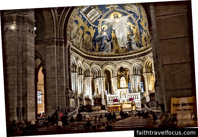 Trái: Bên ngoài vương cung thánh đường. Trung tâm: Từ mặt sau của nhà thờ. Phải: Một cái nhìn tuyệt vời của bàn thờ.