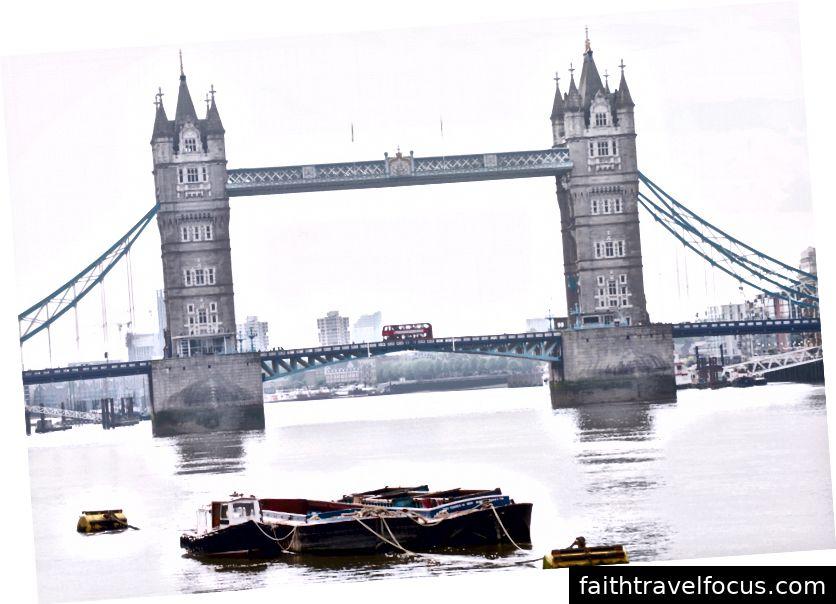 Người dân đi lại qua cầu London trên một trong những chiếc xe buýt hai tầng màu đỏ London.