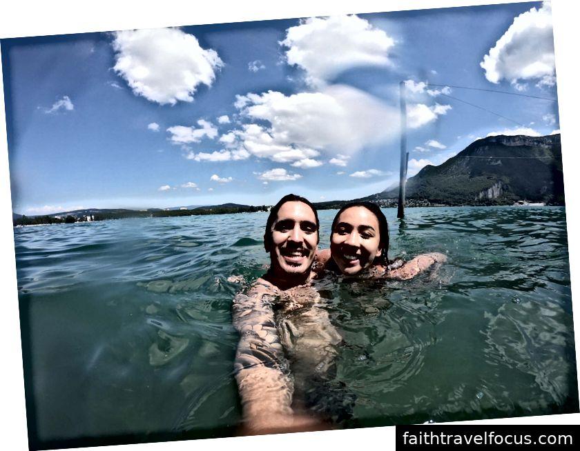 Bơi trong hồ ở Annecy, Pháp