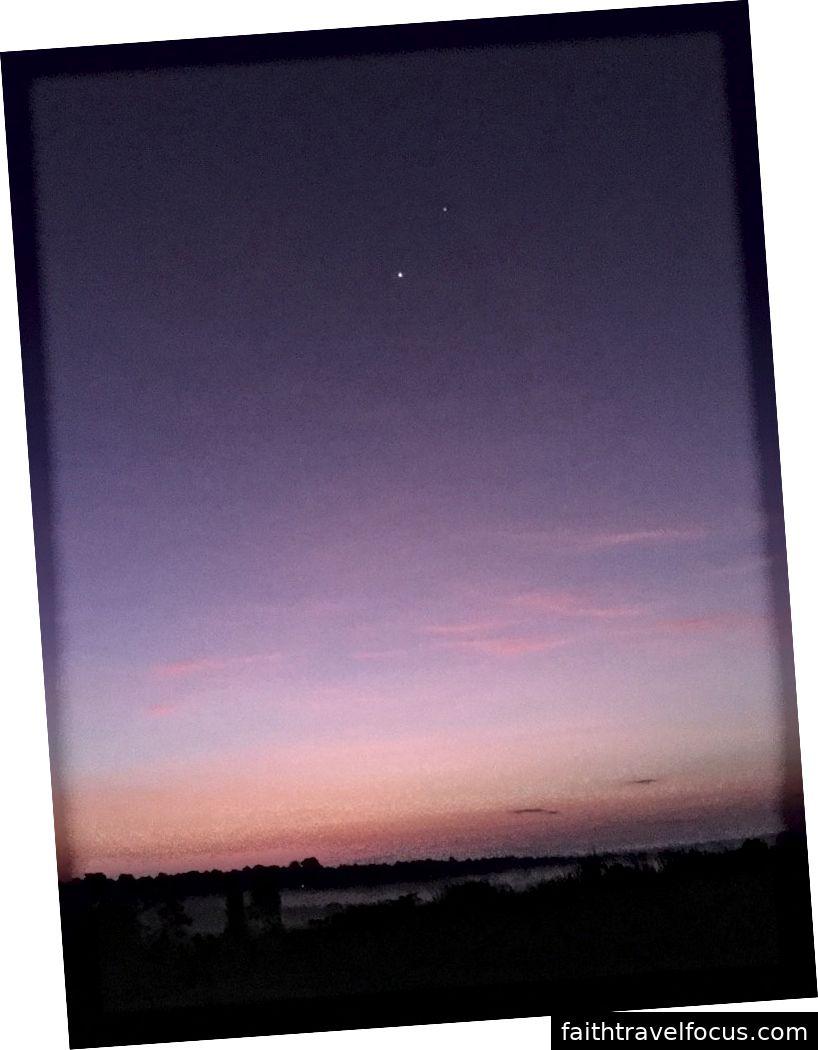 Mặt trời mọc có một vài ngôi sao. Một mâu thuẫn đẹp mà camera iPhone 6s có thể chụp được.
