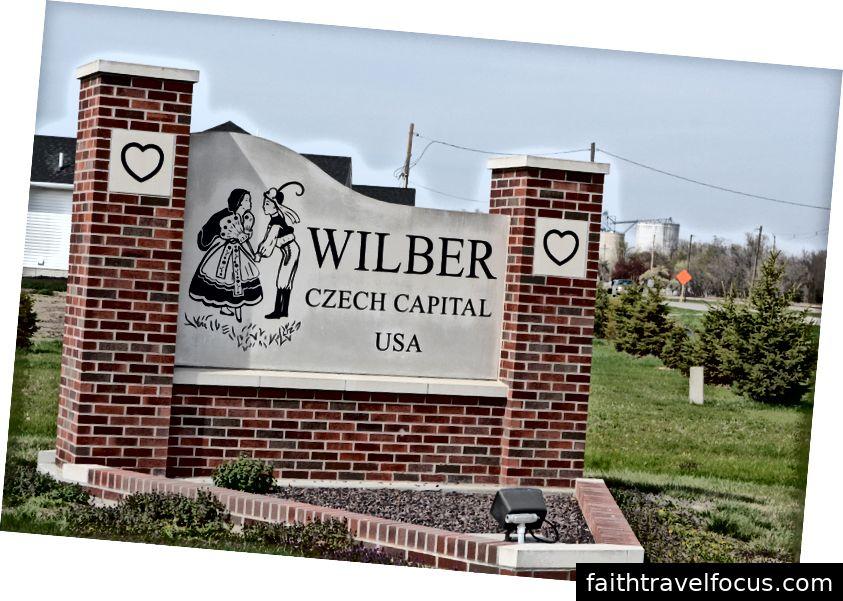 Một trong nhiều dấu hiệu bên ngoài Wilber, Nebraska. Wilber đã được trao danh hiệu Thủ đô Séc Séc năm 1987 từ cựu Tổng thống Ronald Reagan.