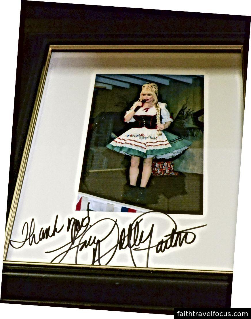 Cửa hàng Séc Craft có một bức ảnh có chữ ký của Dolly Parton trong chiếc váy mà cửa hàng tự may.