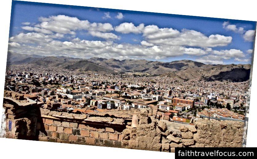 Thành phố Jaguar, thành phố Jaguar nằm trong một bát bát, được bao quanh bởi dãy núi Andes