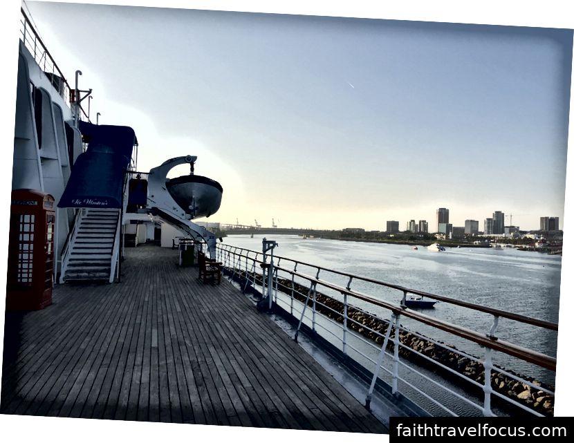 Quang cảnh từ boong tàu, bên ngoài một nhà hàng trên tàu, Sir Winston,.
