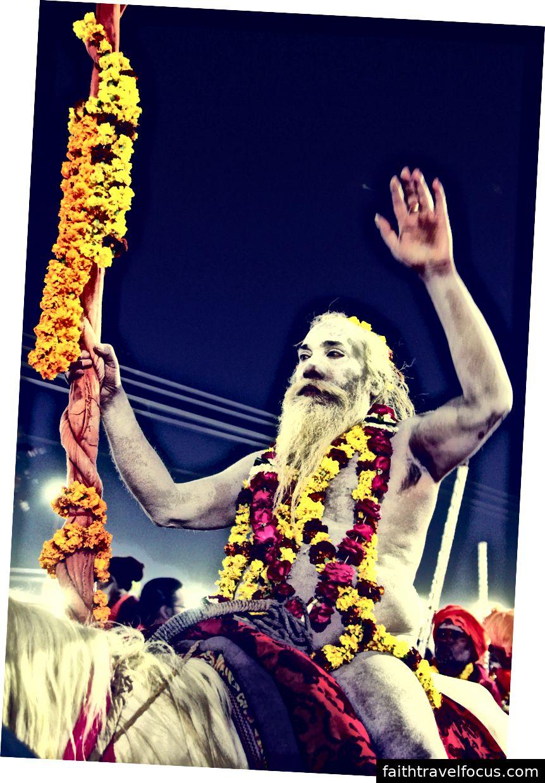Sadhu đi cho Basant Panchami Snan