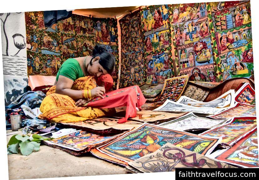 Đồ thủ công đầy màu sắc đang được chuẩn bị để bán tại làng Pingla, Tây Bengal, Ấn Độ. Nguồn hình ảnh: iStock